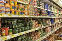 Milchprodukte auf den Regalen im Supermarkt stockfoto
