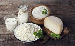 Milchprodukte auf hölzernem Hintergrund stockfotos