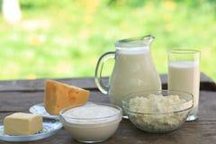 Milchprodukte auf hölzerner Tabelle stockbild