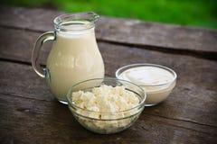 Milchprodukte auf hölzerner Tabelle stockfotos
