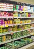 Milchprodukte im Supermarkt Lizenzfreie Stockfotos