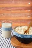 Milchprodukte: Milch und Hüttenkäse mit hölzernem Löffel auf Lin Stockfoto