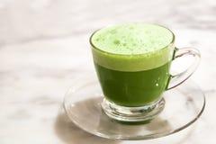 Milchschale des grünen Tees im Glas setzte an die Steintabelle Lizenzfreie Stockfotos