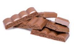 Milchschokolade bessert auf weißem Hintergrund von der Draufsicht aus Stockfoto