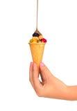 Milchschokolade, die auf wafel Schale mit Früchten gießt Lizenzfreie Stockbilder