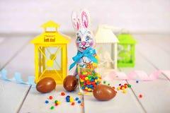 Milchschokolade-Osterhase und Schokoladeneier über weißem Hintergrund Stockfoto