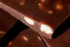 Milchschokoladestange mit Erdnüssen schließen Stockbild