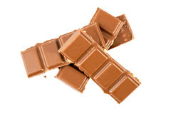 Milchschokoladestangen mit den Haselnüssen lokalisiert auf einem weißen Hintergrund Lizenzfreie Stockfotos