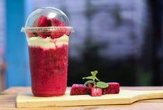 Milchshake mit Drachefruchtstücken, Version 14 Lizenzfreies Stockbild