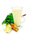 Milchshake mit Rhabarber und Äpfeln im hohen Glas Lizenzfreie Stockbilder
