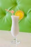 Milchshakecocktail auf beige grünem Hintergrund Weicher Fokus lizenzfreies stockbild
