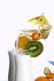 Milchshakecocktail und -nachtisch chery stockfotos
