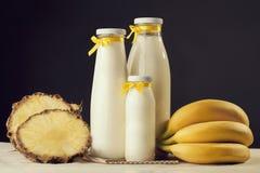 Milchshakegeschmack frisch zubereitet mit Banane und Ananas heal lizenzfreie stockbilder