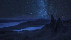 Milchstraße über altem Mann von Storr nachts, Schottland, Großbritannien stock video footage