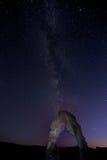 Milchstraße über dem empfindlichen Bogen des Bogens NP Lizenzfreies Stockbild