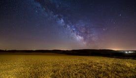 Milchstraße über einem Getreidefeld Stockbilder