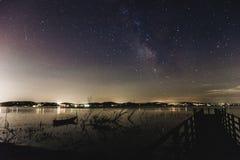 Milchstraße über einem See lizenzfreie stockfotos