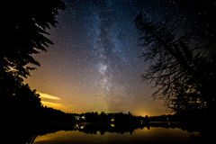 Milchstraße über einem See während des Sommers lizenzfreies stockbild