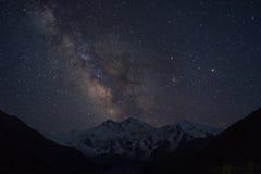 Milchstraße über Gebirgsgebirgsmassiv Nanga Parbat, feenhafte Wiese, Pakis Lizenzfreie Stockfotos