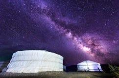 Milchstraße über Ger-Lager in Wüste Mongolei Gobi stockbild