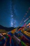 Milchstraße über Tibetaner-Gebets-Flaggen Lizenzfreie Stockfotos