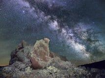 Milchstraße über vulkanischem Kegel Stockfotos