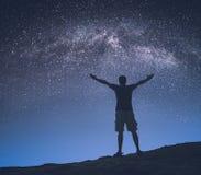 Milchstraße des Mannes in einem sternenklaren Himmel Instagram-Stylization Lizenzfreies Stockfoto
