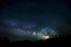 Milchstraße, die über die Schlucht Utah-Nachtlandschaft steigt stockfoto