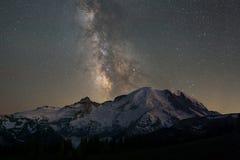 Milchstraße-Galaxie hinter dem Mount Rainier lizenzfreies stockbild