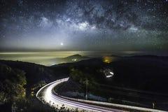 Milchstraße-Galaxie mit Beleuchtung auf der Straße an Doi-inthanon Chian Lizenzfreies Stockbild