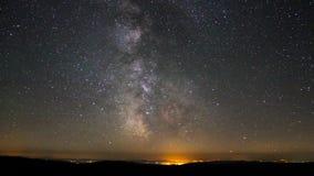 Milchstraße-Galaxieastronomie-Zeitspanne spielt das Bewegen über Gebirgstallichtverschmutzung nahe hellem Sommer campside Nacht d stock video footage