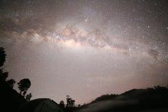 Milchstraße gesehen von Semeru-Vulkan lizenzfreies stockfoto