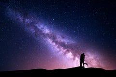 Milchstraße Schattenbilder des Umarmens und des Küssens des Mannes und der Frau Stockfoto