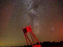 Milchstraße Sterne und Galaxien, die über großem DOB beobachten, schieben ineinander lizenzfreies stockbild