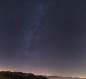 Milchstraße, sternenklarer Himmel, Andromedagalaxie von den Alpen lizenzfreie stockfotografie
