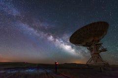 Milchstraße und großer Antennenteller, Teleskop lizenzfreies stockbild
