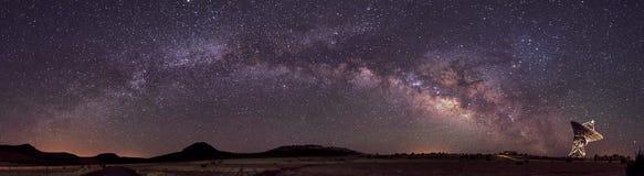 Milchstraße und Radioteleskop Lizenzfreie Stockbilder