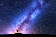 Milchstraße und Schattenbild der glücklichen Frau platz Lizenzfreies Stockfoto