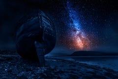 Milchstraße und verlassenes Schiffswrack in Fort William, Schottland Lizenzfreies Stockbild