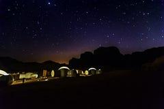 Milchstraße und viele Sterne über dem Berg bei Wadi Rum verlassen Stockfoto