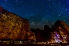 Milchstraße und viele Sterne über dem Berg bei Wadi Rum verlassen Lizenzfreies Stockfoto