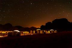 Milchstraße und viele Sterne über dem Berg bei Wadi Rum verlassen Lizenzfreie Stockbilder