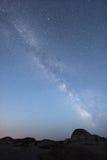 Milchstraße während der blauen Stunde Stockfotografie