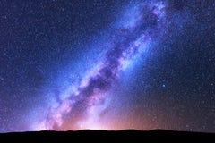 Milchstraßeameisensterne platz Szenische Nachtlandschaft Stockbild