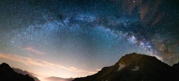 Milchstraßebogen und sternenklarer Himmel auf den Alpen Panoramablick, astro Fotografie, Träumerei Lichtverschmutzung im Tal unte Lizenzfreie Stockfotografie