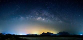 Milchstraßegalaxie des Panoramas über Berg Lizenzfreie Stockfotografie