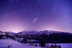 Milchstraßegalaxie Purpurrote Sterne des nächtlichen Himmels über Bergen Lizenzfreie Stockfotografie