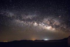 Milchstraßegalaxie und -sterne über Wüste Negev Israel Stockbild