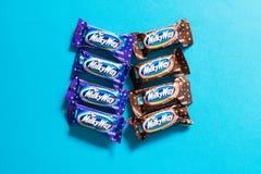Milchstraßepopuläre Minisüßigkeits-Schokoriegel auf blauem Hintergrund lizenzfreies stockbild