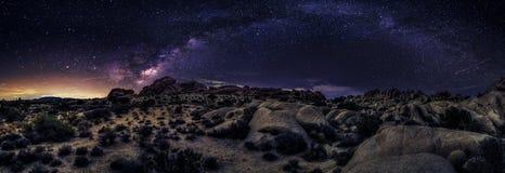 Milchstraße-Galaxie über der Wüste Stockfotografie